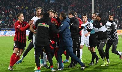 Futbolçu baş məşqçini yerə yıxdı, ara qarışdı -