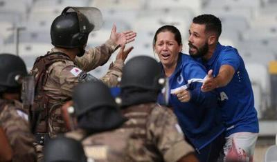Azarkeşlər stadionu dağıtdı, polis qumbara atdı -