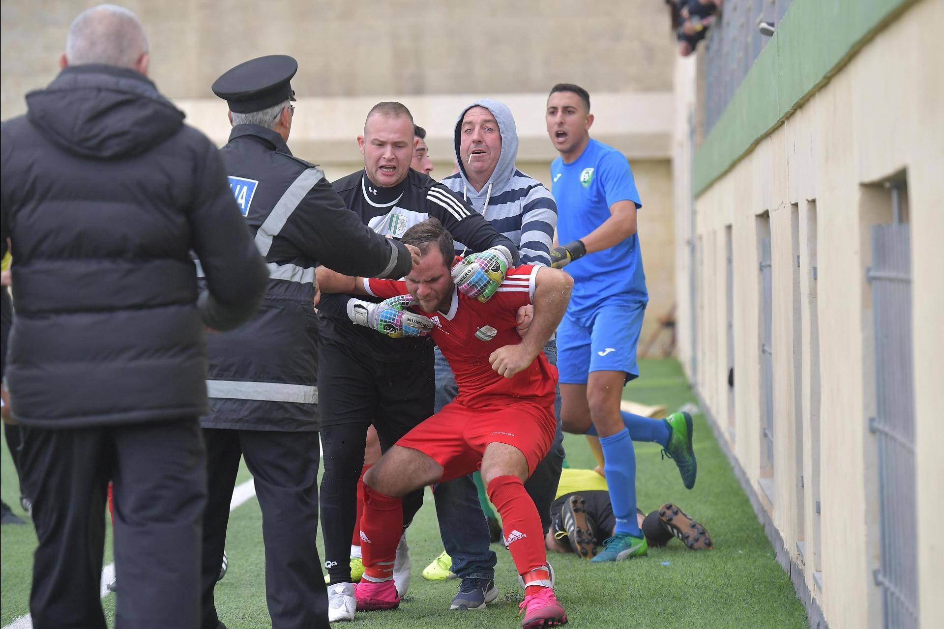 Futbolçu hakimi vurdu, qandallandı, oyun yarımçıq qaldı - VİDEO