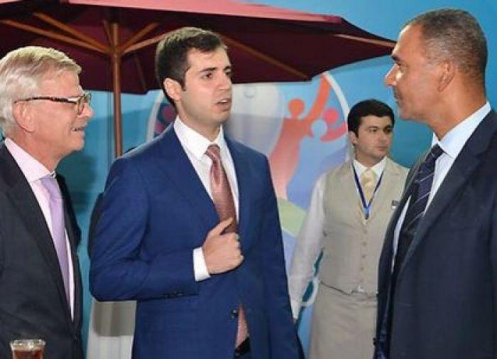 """""""Sumqayıt""""ın prezidentinin gücü 500 manat verməyə çatdı - FOTO"""