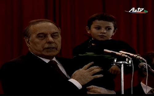 Heydər Əliyevin 5 yaşlı Qara Qarayevi bağrına basdığı anlar - VİDEO