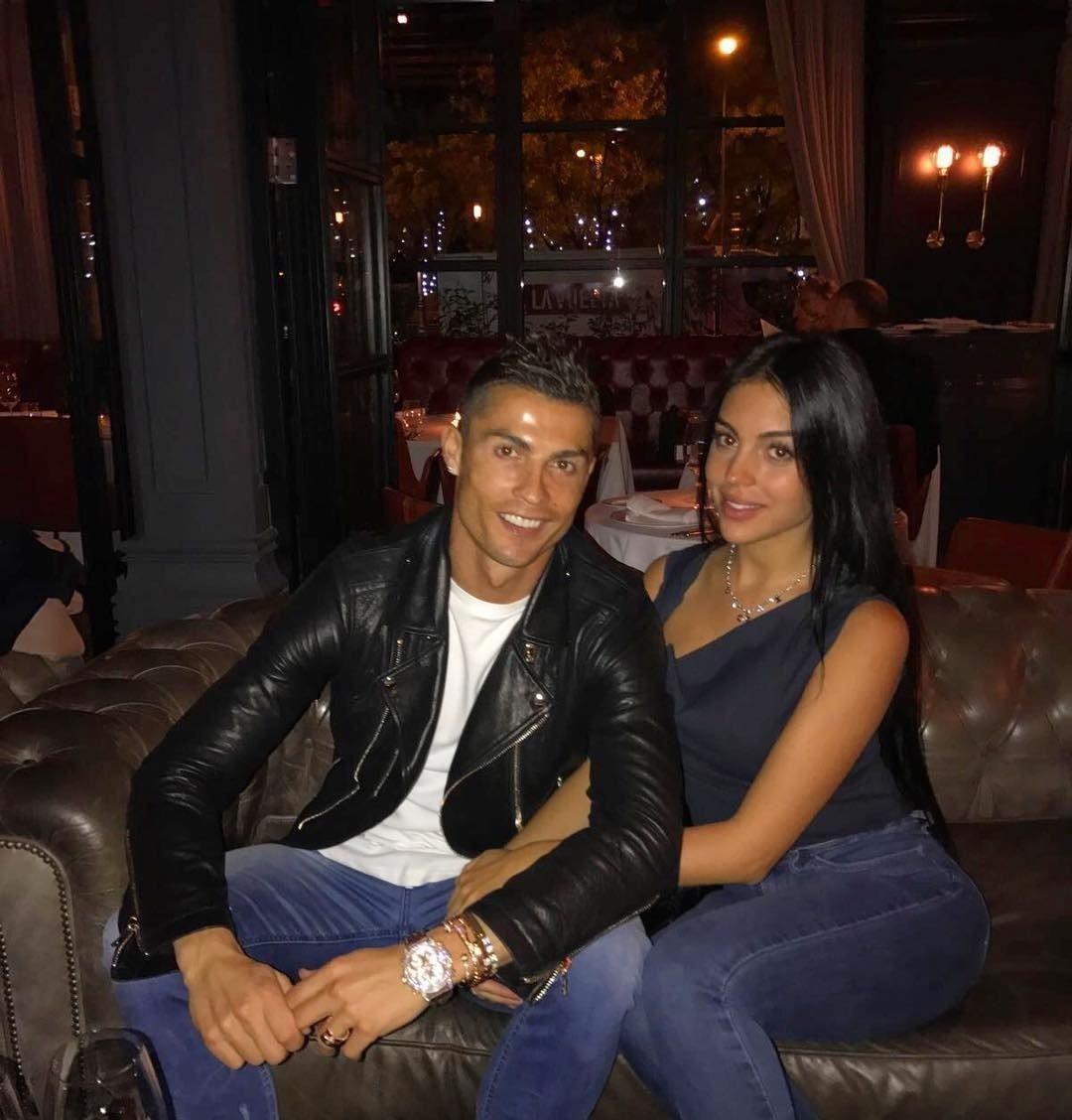 Sevgilisi Ronaldonun formasını hərraca qoydu - FOTO