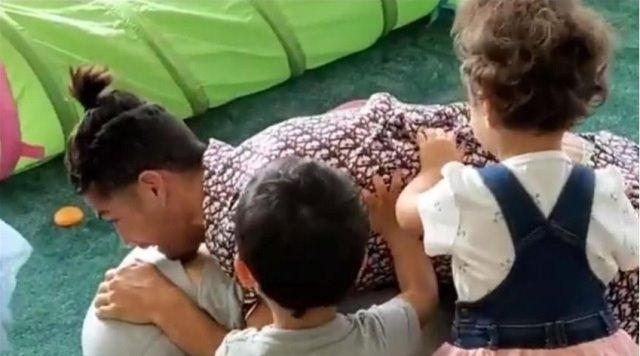 """Ronaldo sevgilisini """"əsir"""" götürdü, uşaqlar hücum etdi – VİDEO+FOTO"""