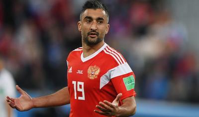 Sərxoş qadın azərbaycanlı futbolçunu niyə öpürmüş?