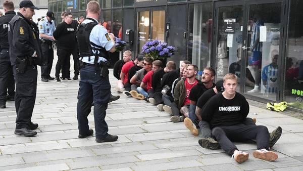 Polislər sosial məsafəni gözləməyən fanatları döydü - Danimarkada