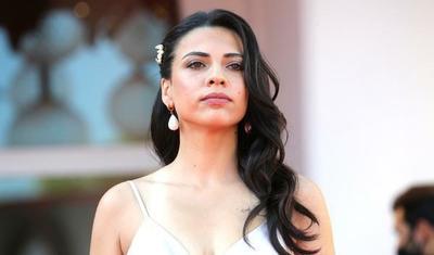 Azərbaycanlı aktrisa Ronaldonun sevgilisi ilə eyni geyimdə qırmızı xalıya çıxdı -