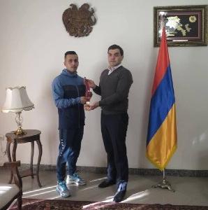 İran çempionu öz qızıl medalını erməni ailəsinə verdi - FOTO