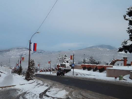 Xankəndinin girişində Rusiya bayrağı və  erməni əskisi yan-yana…- FOTO