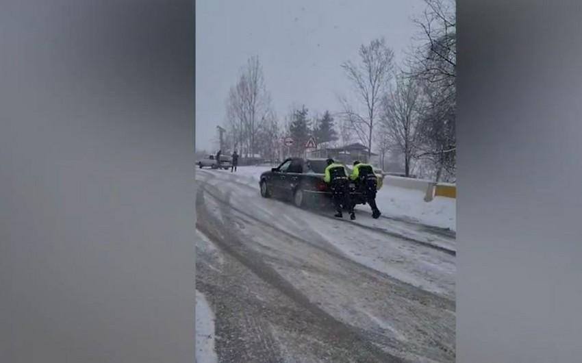 Polis yolda qalan sürücülərə kömək etdi - VİDEO