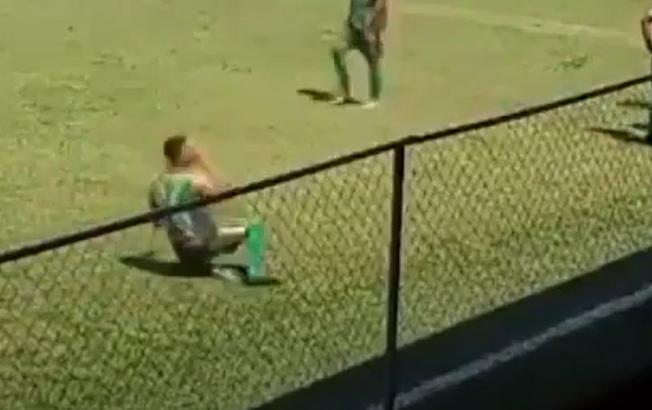 Futbolda hələ belə hadisə olmamışdı: Daşı öz başına vurub, simulyasiyaya əl atdı: VİDEO