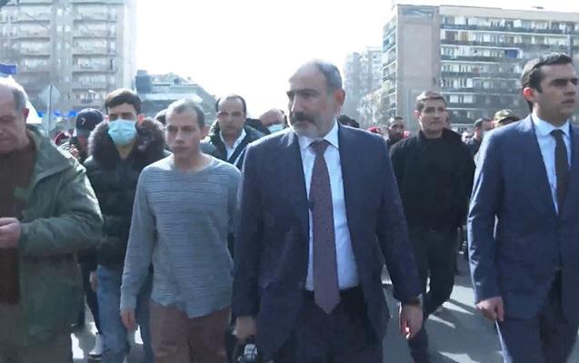 """""""Başqa variant yoxdur"""" - Paşinyan tərəfdarları qarşısına çıxdı: VİDEO"""