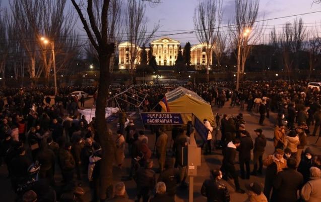Paşinyanın əleyhdarları parlamentin binası qarşısında gecələyir - VİDEO