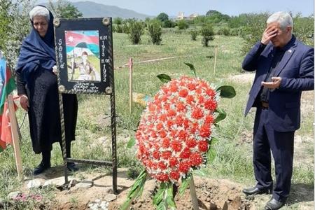 Şəhid anası oğlunun məzarını 28 il sonra ziyarət edə bildi - FOTO