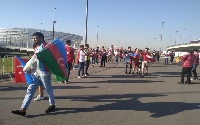 BOS-da Azərbaycan və Türkiyə bayraqları paylanılır - FOTOLAR
