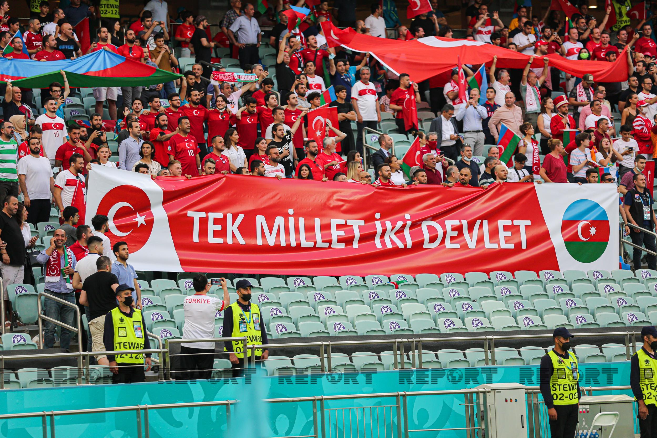 Türkiyə və Uelsin futbol ulduzları Bakıda nə qədər adam toplayıb?