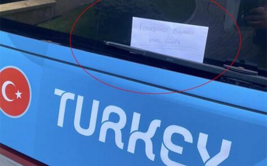"""Bakıda Şenol Günəşə avtobus vasitəsilə bu mesaj göndərildi: """"Fənərbağça"""" düşməni"""""""
