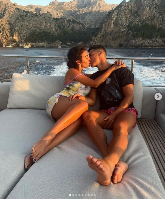 Ronaldo sevgilisi belə istirahət edir – FOTO