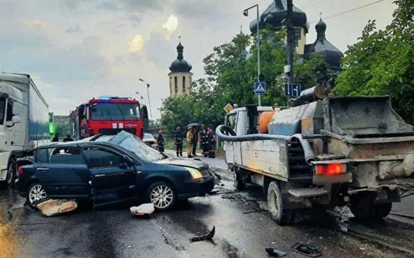 Futbolçu dəhşətli avtomobil qəzasında vəfat etdi - FOTO