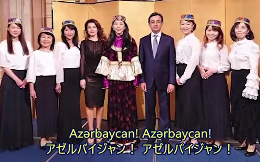 Yapon müğənni Azərbaycan komandasına dəstək istədi - FOTO